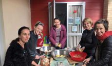 Tanárok és szülők szorgos kezeinek köszönhetően készül a csirkeragu leves