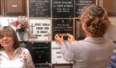 Fóthy Estela Csilla felhelyezi az emléktáblát