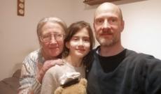 Irina a nagymamájával és az apukájával