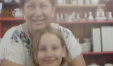 Raffaella a nagymamájával, Kerekes Ágival