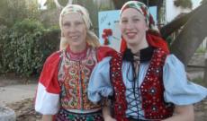 Zsu és Zólyomi Kati népviseletben