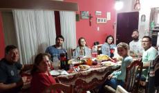 Coronel Du Gratyban, vendégségben Chivi Botka családjánál a Liliom Néptáncegyüttes tagjaival