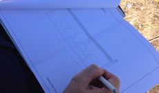 Pajor Sándor építész a ház alaprajzán dolgozik