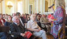 Benedek Zsuzsi könyvét Kányádi Sándor és a szerző mutatja be az Anyanyelvápolók Szövetségében (Petőfi Irodalmi Múzeum, 2017. május 20.) Kép: mnyknt.hu