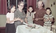 A ház építője, Pajor János, feleségével és unokáival (jobb oldalon Pajor Sándor)
