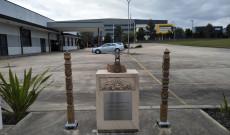 Emlékmű a DMSZ bejáratánál