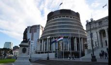 Wellingtoni Beehive (Parlament) előtt magyar zászlót lenget a szél