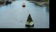 Karácsonyi hangulat Christchurchben, a melegben a folyón úszik a karácsonyfa