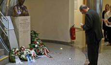 Varga János, a Pázmáneum rektora is elhelyezi a szobornál az emlékezés koszorúját