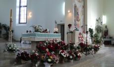 Az ünnepi szentmise szentélye, előtérben a kortárstalálkozókra hozott virágkosarakkal