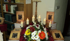 Az ünnepi alkalomra készített díszlet egy része a teológia könyvtárában