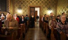 Hívek az első adventi gyertya meggyújtását is magában foglaló szentmisén