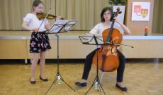 Dorner Sára és Dorner Kinga, a kőszegi Budaker Gusztáv Zeneiskola tanulói