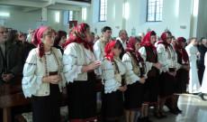 Gyimesi csángó hívek az ünnepi szentmisén