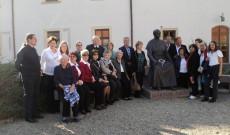 Ausztriai magyar zarándokok a gyulafehérvári érsekség udvarán