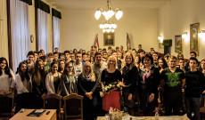 Zsuffa Tünde nagykőrösi diákokkal. Fotó: Juhász Éva
