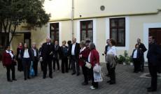 Ausztriai magyar zarándokok a gyulafehérvári teológia udvarán