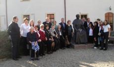 Ausztriai magyar zarándokok csoportja a gyulafehérvári érsekség udvarán, Márton Áron szobra mellett
