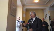 """Smuk András, az """"Europa""""-Club elnöke elhelyezi az emléktáblánál a tisztelet koszorúját"""