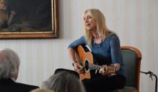 Géczi Erika ismert Bojtorján-, Kormorán- és Örökség-dalokat énekelt