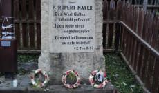 A 2005 őszén állított és 2016. október 22-én megkoszorúzott Rupert Mayer-emlékmű Kosteleken