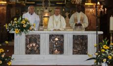 Az ausztriai több nemzetiségű csoport két pap tagja (bal oldalon Vencser László, jobb oldalon Nnebedum Chigozie nigériai lelkész) a nagyváradi székesegyházban Böcskei László püspökkel