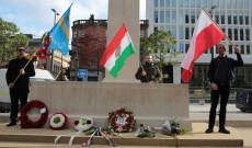 Az Ismeretlen katona emlékműve a koszorúzást követően magyar, székely és lengyel zászlóval