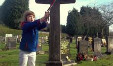 Nemzeti színű szalag kerül a síremlékre
