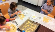 A gyerekek sütik a mézeskalácsot