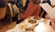 Színházbüfé jelleggel pogácsát, kakaóscsigát és finom angol teákat árultunk kolléganőmmel