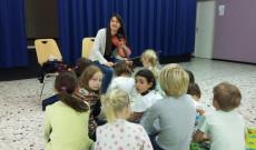 Julcsi énekelteti a gyerekeket