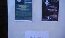 A megemlékezés plakátjai a bejáratnál