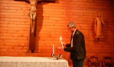 A Genfi Magyar Katolikus Misszió elnöke gyertyát gyújt az ima előtt