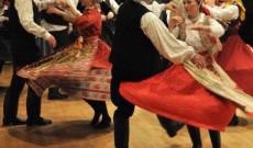 Kalotaszegi táncok díszes viseletben