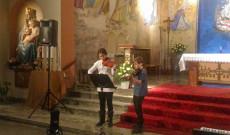 Csikós Csenge és Fredrik Fransson karácsonyi dalokat játszottak nekünk hegedűn.
