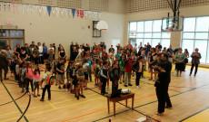 A gyermekek izgatottan sorakoztak fel a tanévnyitó ünnepségre