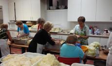 Eközben a konyhában lelkes önkéntesek készítették a töltött káposztát