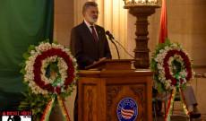 Cleveland város polgármestere, Frank G. Jackson, beszédet mond a megemlékezésen