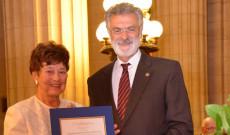 Elismerés átadása a clevelandi magyaroknak Cleveland város polgármesterétől