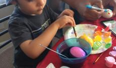 Fiúk is csodájára jártak a tojásfestésnek