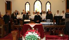 A szolgáló lelkészek, a Kodály kórus és a dicsőító zenekar (foto: Daniel Taylor)