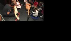 a gyerekek megismerkedhettek a népi hangszerekkel