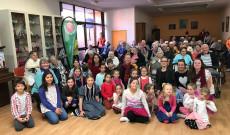 A Flemingtoni Magyar Iskola diákjai és a Szent Erzsébet Otthon lakói