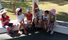 Brigi (Sydney-ből jött őrsvezető) a gyerekekkel