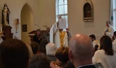 Jamin atya bemutatja az újraszentelési dokumentumot