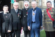A Vitézi Rend néhány oszlopos tagja Eddie Newman, Manchester alpolgármestere társaságában (balról jobbra: dr. Rákóczy György, Lósy Szabolcs, Bartos Gábor, Eddie Newman, Horváth Balázs)