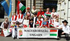 Gyermekfelvonulás, csoportkép a szekérnél