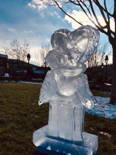 A Bethlen Közösség szivet ölelő angyalt ábrázoló jégszobra