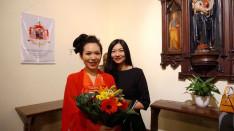 Xuyan Liu szoprán énekes barátnőjével