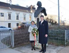 Várkonyi Borbála és Csege KCSP ösztöndíjasok Bessenyei Ferenc szobránál